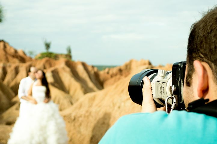 wedding photographer capturing the moment